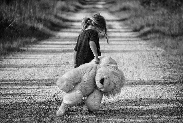niña cargando oso